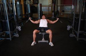 Вариант выполнения упражнения на блочном тренажере 1