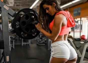 фитнесом и бодибилдингом занимается девушка